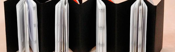 voor-wie werken-wij: Boekbinderij Seugling te Amsterdam, handboekbinders sinds 1923. De boekbinder van Seugling werkt voor klanten die houden van: ambacht, een goede duurzame oplossing, mooi, origineel, degelijk, duurzaam,handgemaakt, gepersonaliseerd. De klanten zijn daarom divers: bibliotheek, verzamelaar, ontwerper, journalist, schrijver, dichter, kunstenaar, fotograaf, huisvrouw, startende ondernemer, bibliofiel, bibliomaan, particulier en bedrijf. Voor mooie boeken, mappen, portfolio en dozen, mooi sierpapier,ook voor één exemplaar. Ambachtelijk maatwerk, bibliotheekbindwerk,conservering, advies en restauratie. Boekbinder uit de Frans Halsstraat, de Pijp, Vijzelstraat, Grote Bickersstraat, Amsterdam Centrum, Jordaan, Gouden Reaal, Staatsliedenbuurt, Westerpark