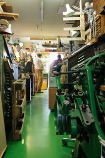 Boekbinder: Handboekbinderij Seugling in Amsterdam, sinds 1923 www.handmadebooks.nl www.uitgeverijlimitededitions.nl / Allard van der Hoek fotografie