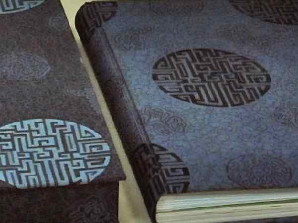 overslagdoos doos in zijde gebonden, zijde overslagdoos, textiele overslagdoos, met bijpassende boekband in zijde, textiele boekband  handboekbinderij Seugling Amsterdam